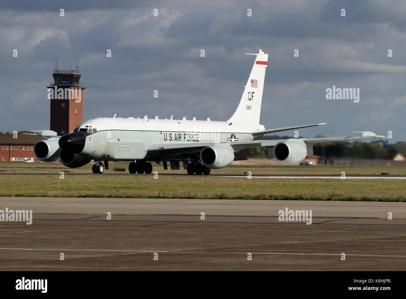 USAF RC-135V Nietverbindung auf Bereitstellung bei RAF Mildenhall heraus rollen auf der Landebahn nach einer Mission Stockbild
