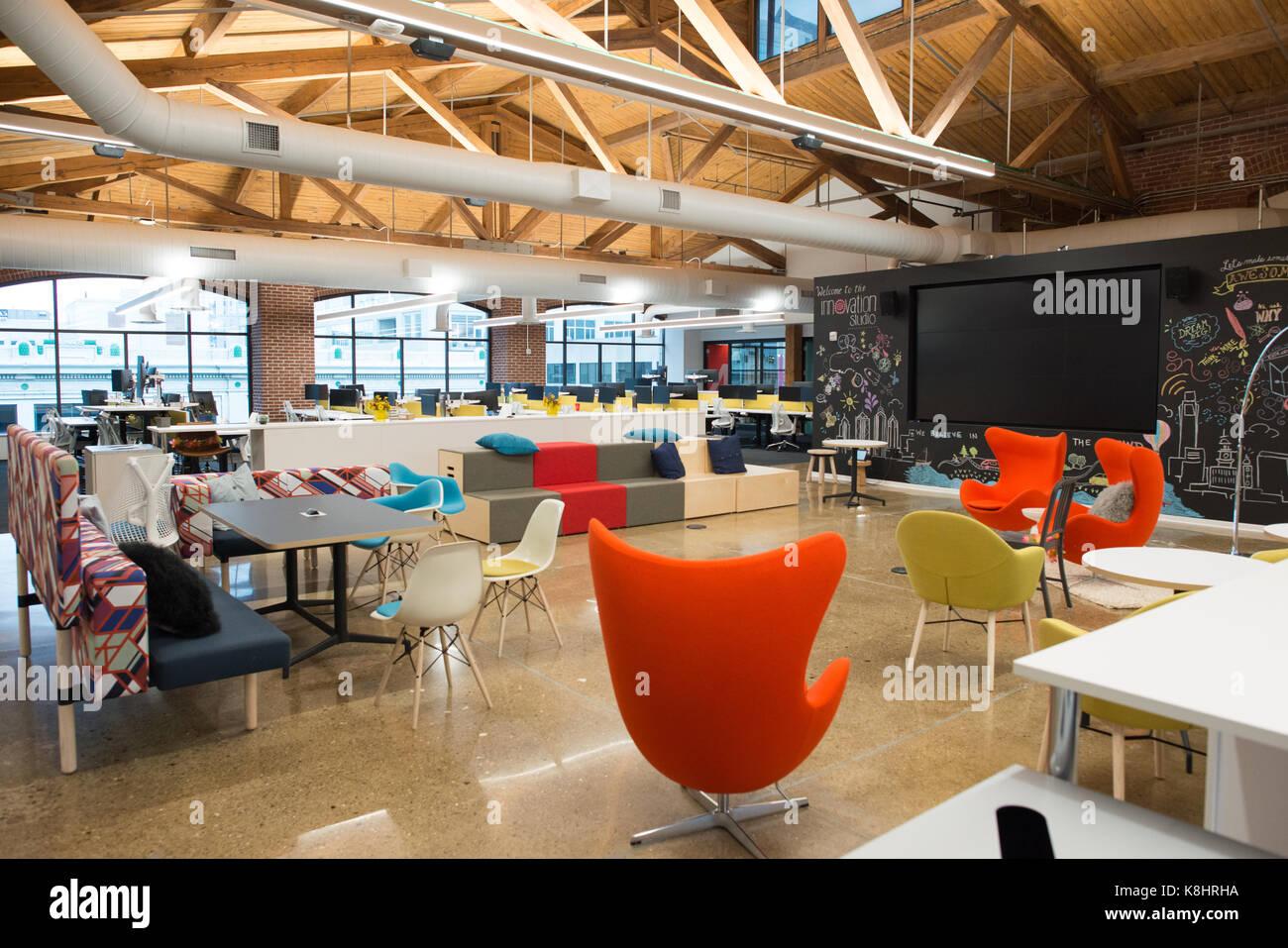 Trendigen, modernen offenen Konzept loft Büro mit großen Fenstern, Tageslicht und ein Layout Zusammenarbeit, Kreativität Stockfoto