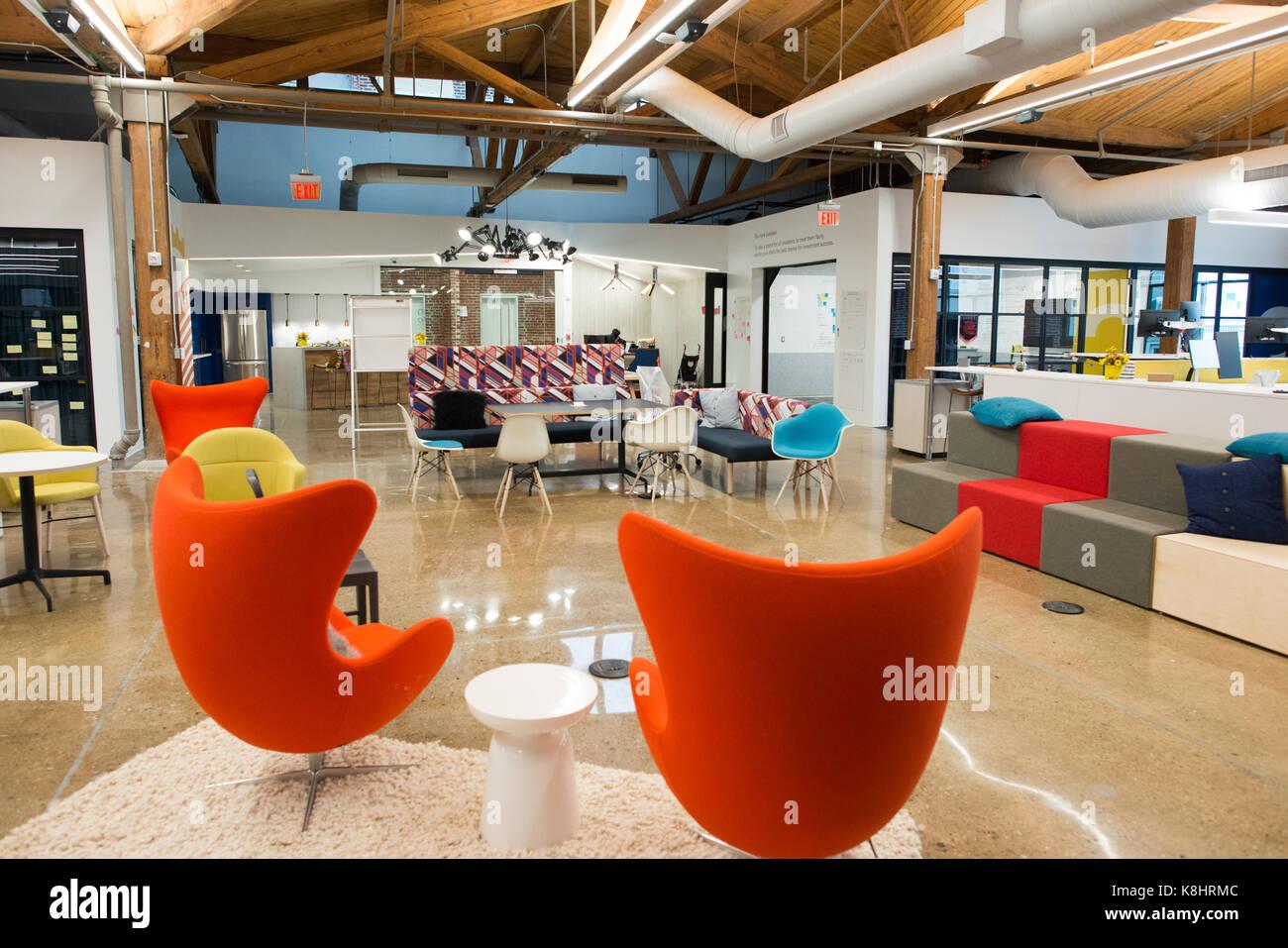 Trendigen, modernen offenen Konzept loft Büro mit großen Fenstern, Tageslicht und ein Layout Zusammenarbeit, Stockbild