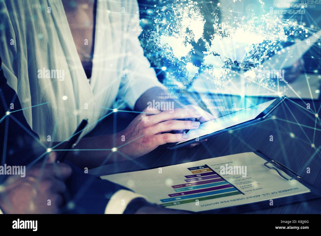 Unternehmer im Büro im Internet Netzwerk mit Tablet verbunden. Konzept der Partnerschaft und Zusammenarbeit. Stockfoto