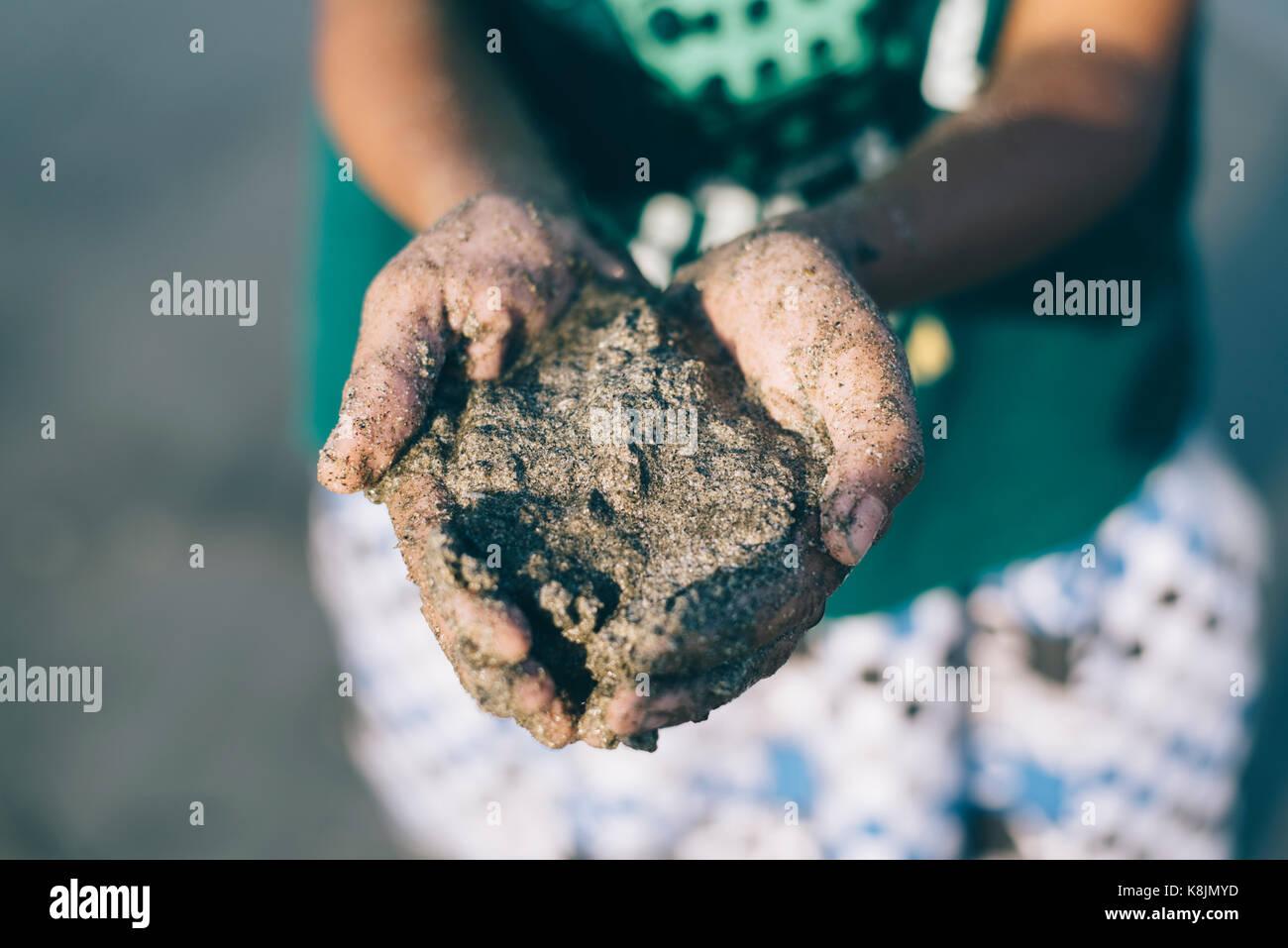 Kinder spielen mit Sandstrände. Spaß mit Familie. Urlaub-Konzept. Stockbild