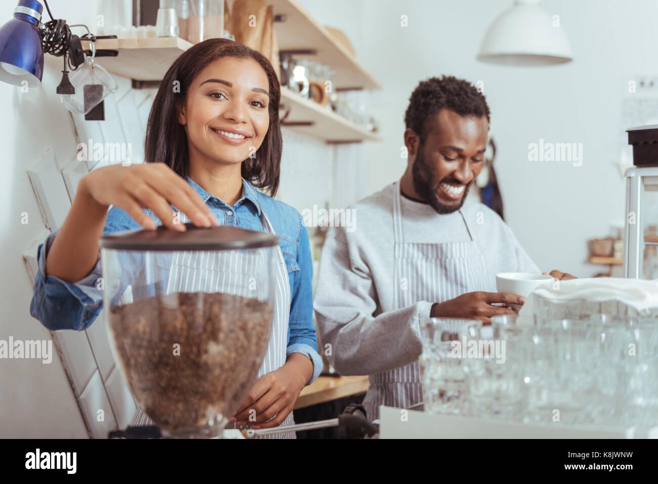 Fröhlichen neuen baristas Ausbildung ihren Kaffee - Kunst Stockbild