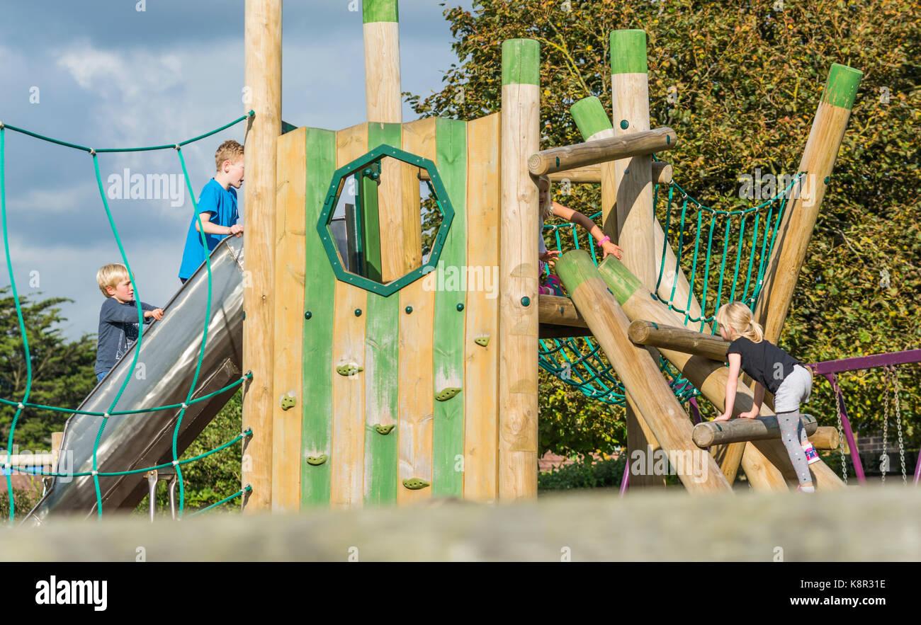 Klettergerüst English : Kinder spielen auf einer hölzernen klettergerüst in einem