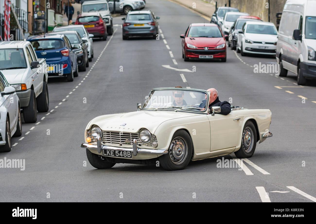 Weiße cabrio Triumph TR$ Cabrio Sportwagen von 1964 in Großbritannien. Top Oldtimer der UK Open. Stockbild