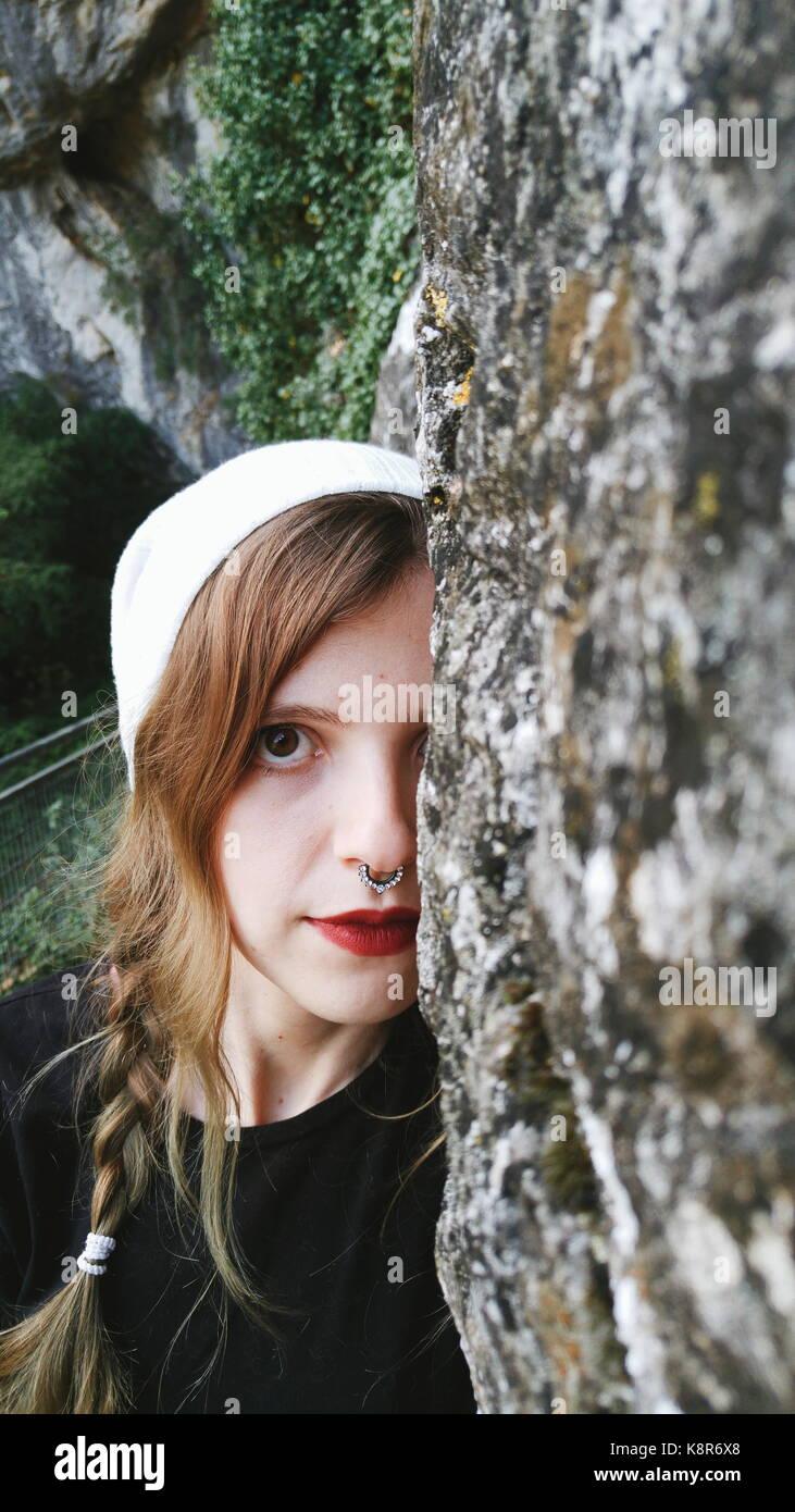 Junge Frau genießen Sie den Tag in der Natur Stockbild