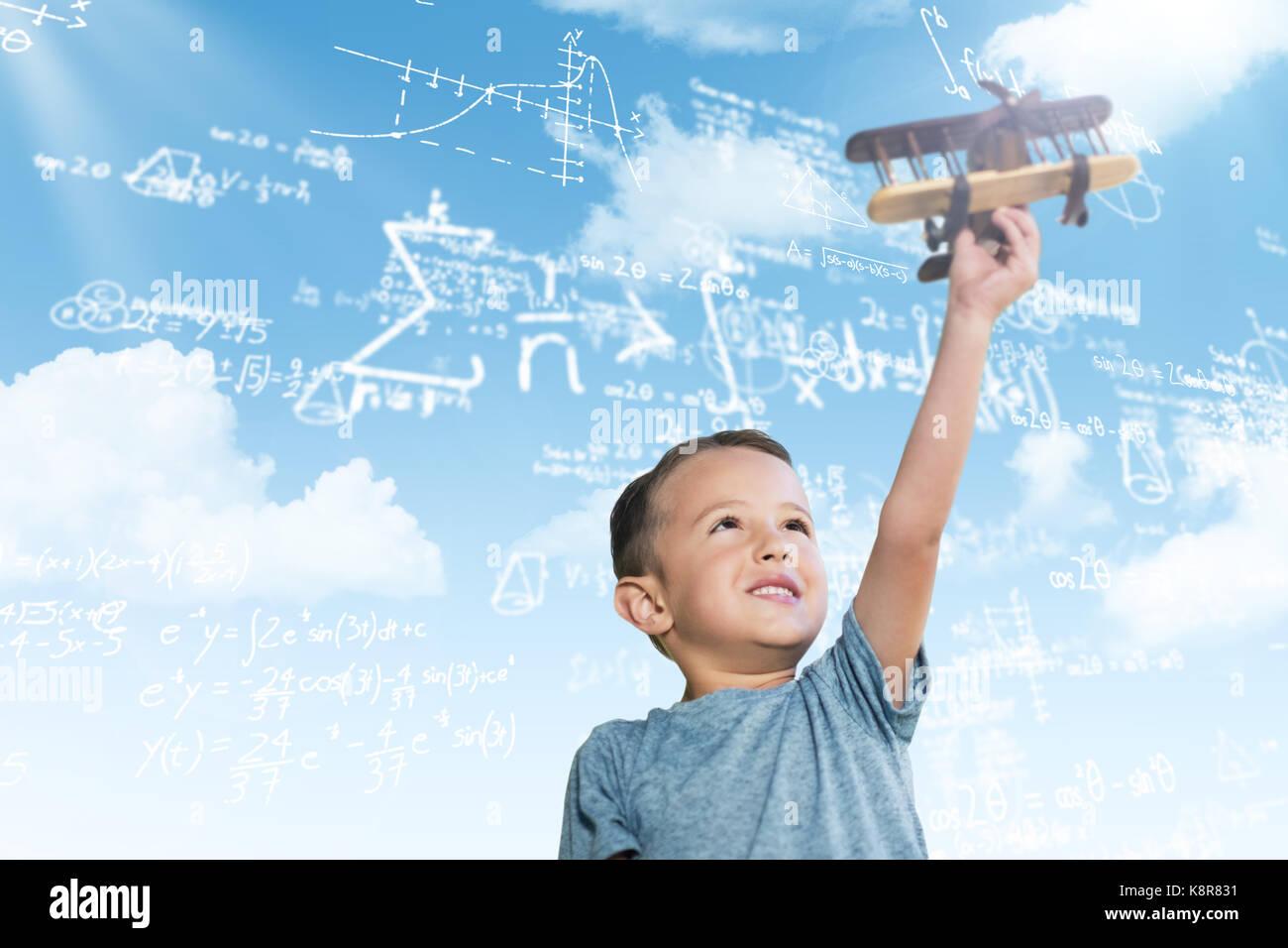 Junge holding Spielzeug Flugzeug gegen den blauen Himmel Stockbild
