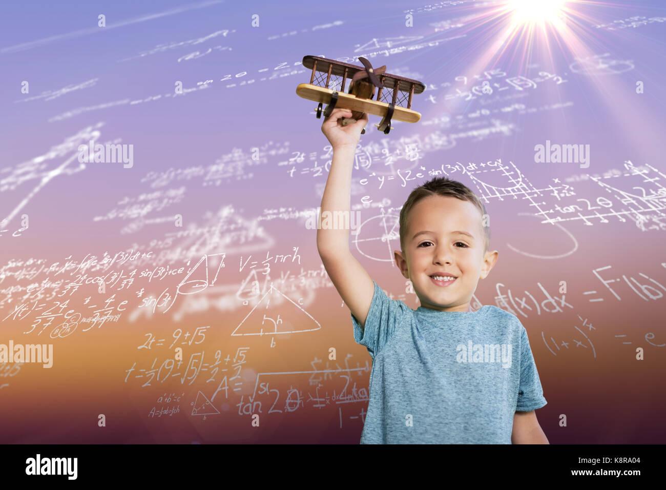 Portrait von Boy holding Spielzeug Flugzeug gegen Sonnenaufgang Himmel Stockbild