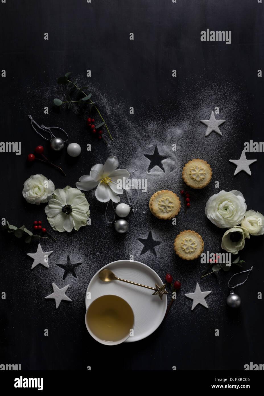 Blick von oben der Weihnachtsbaum aus Dekorationen, Beeren, Zimt, Kerzen und andere festliche Objekte Stockbild