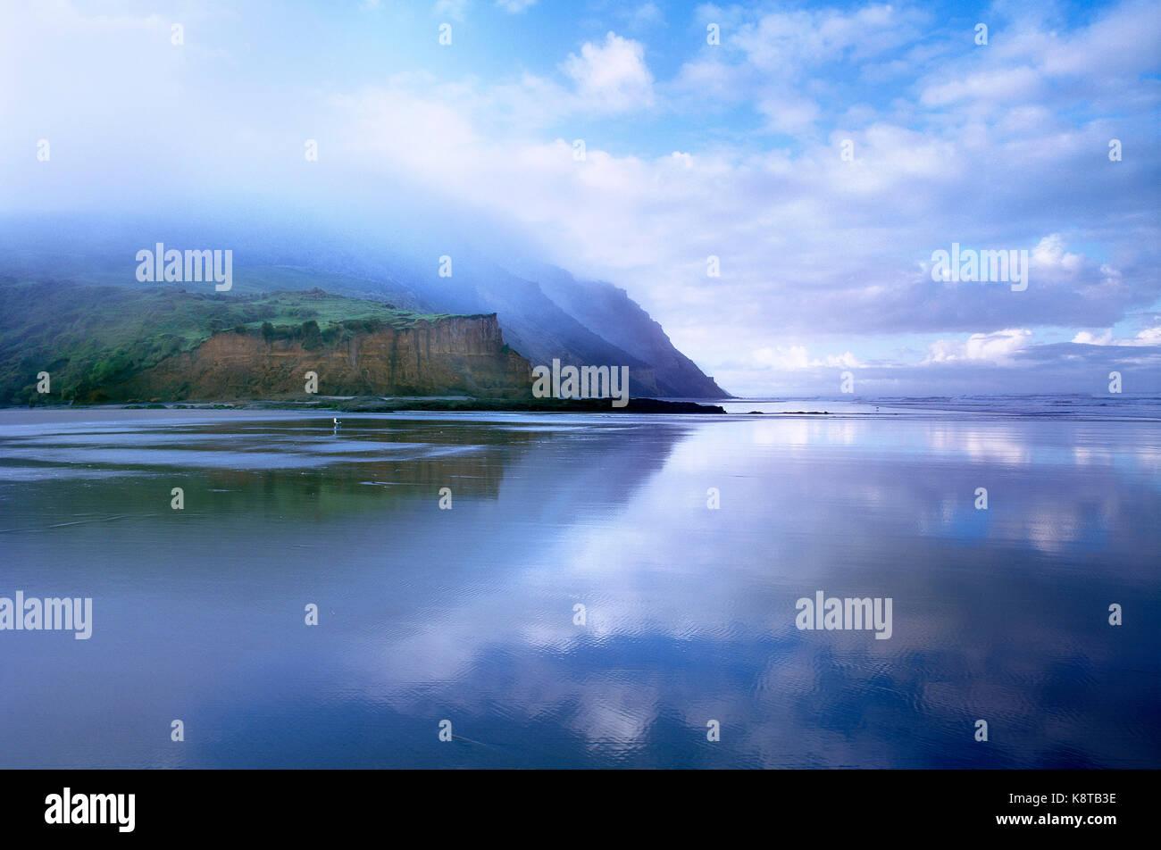 Neuseeland. North Island. Niedrige Wolken über West Coast Steilküste und dem Strand. Stockbild