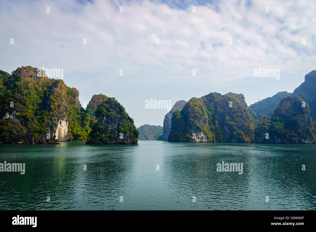 Halong Bucht dramatische Landschaft mit Karstinseln. Ha Long Bay ist UNESCO-Weltkulturerbe und beliebtes Touristenziel Stockfoto