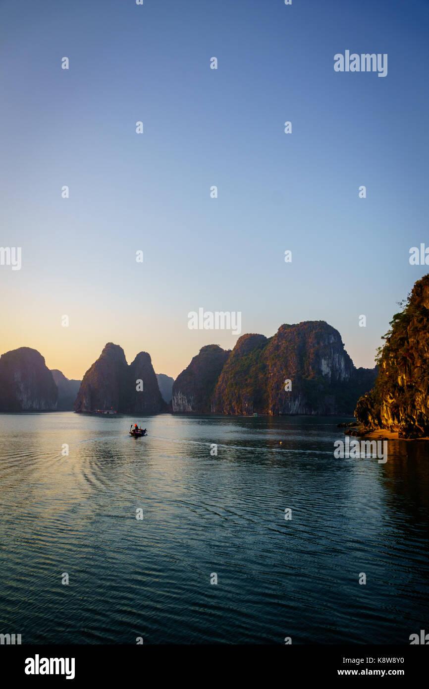 Halong Bucht dramatische Landschaft mit karst Inseln. Ha Long Bay ist UNESCO-Weltkulturerbe und beliebtes Reiseziel Stockbild