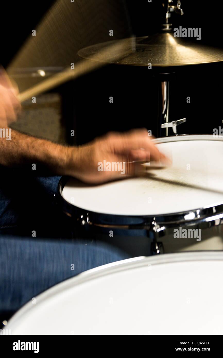 Schlagzeuger spielen Hi-hat-Nut Stockfoto