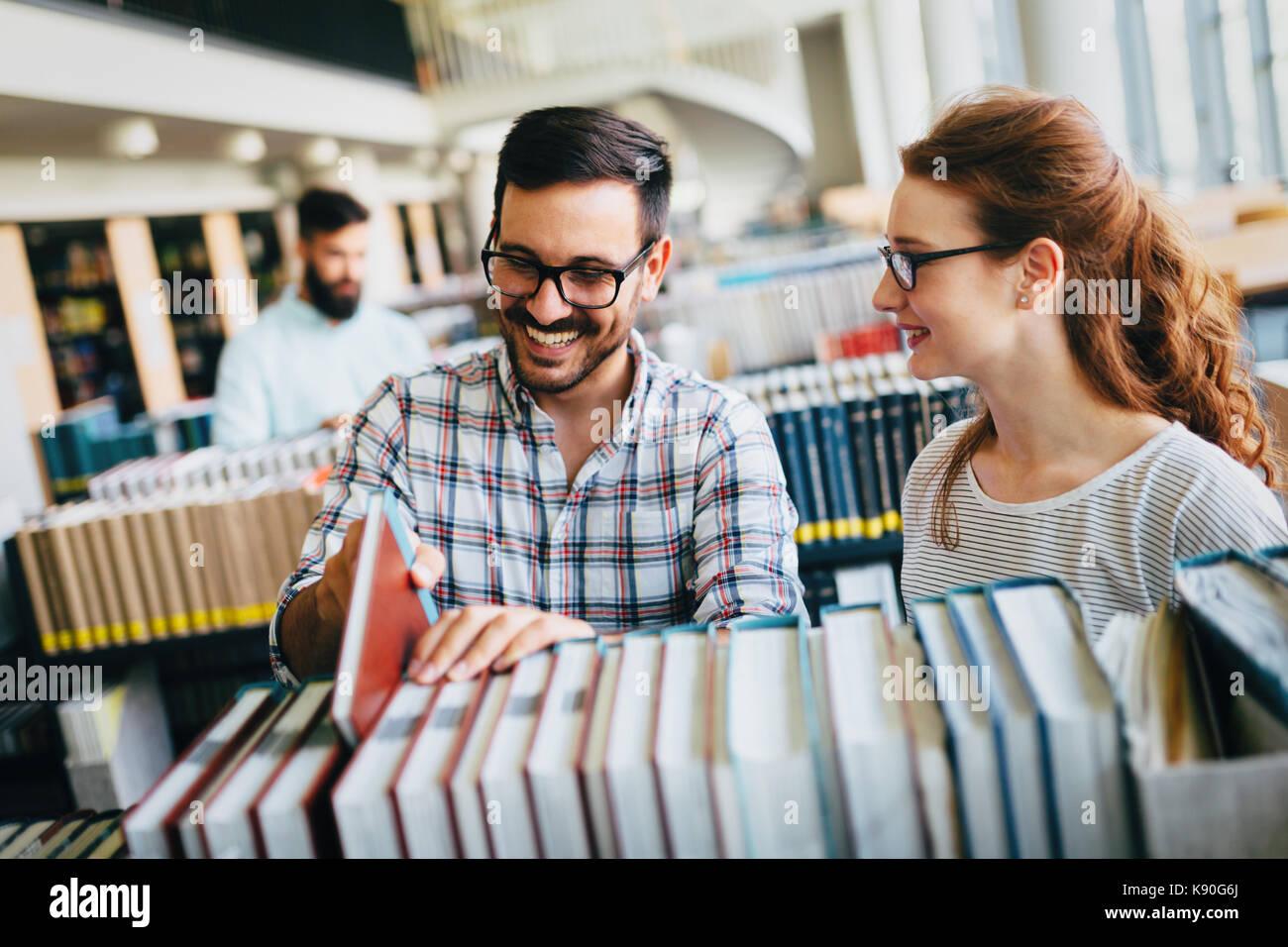 Junge attraktive Studenten Zeit in die Bibliothek Stockbild