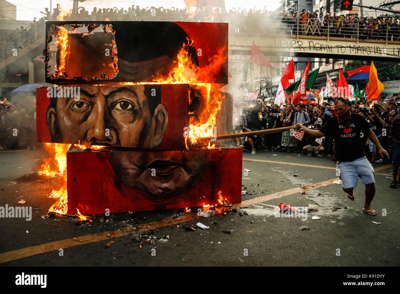 Philippinen. 21 Sep, 2017. Die demonstranten Brennen einer \'\'Rubik\'s ...