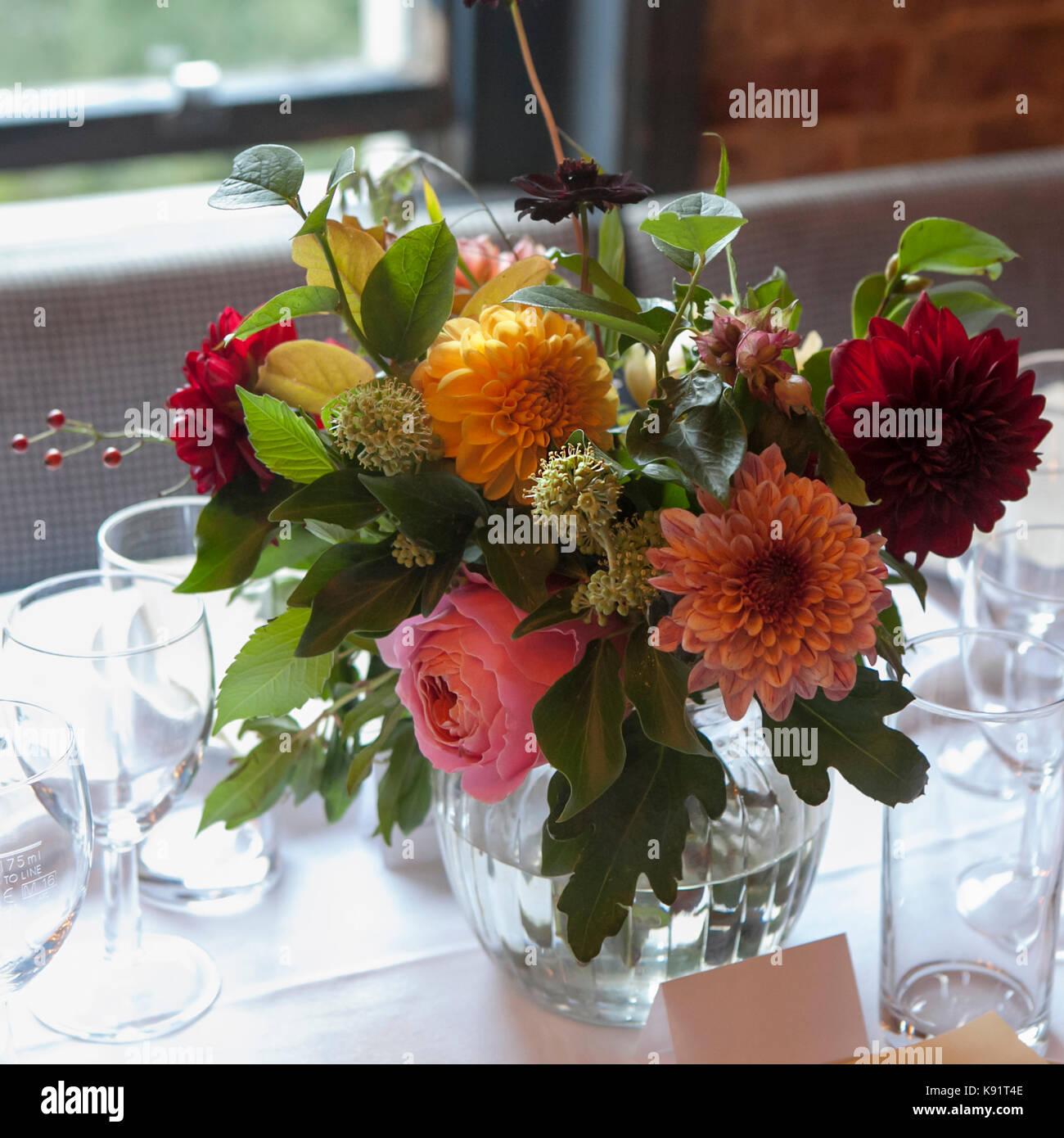 Wedding Bouquet Einer Braut Von Dahlien Und Rosen Schmückt