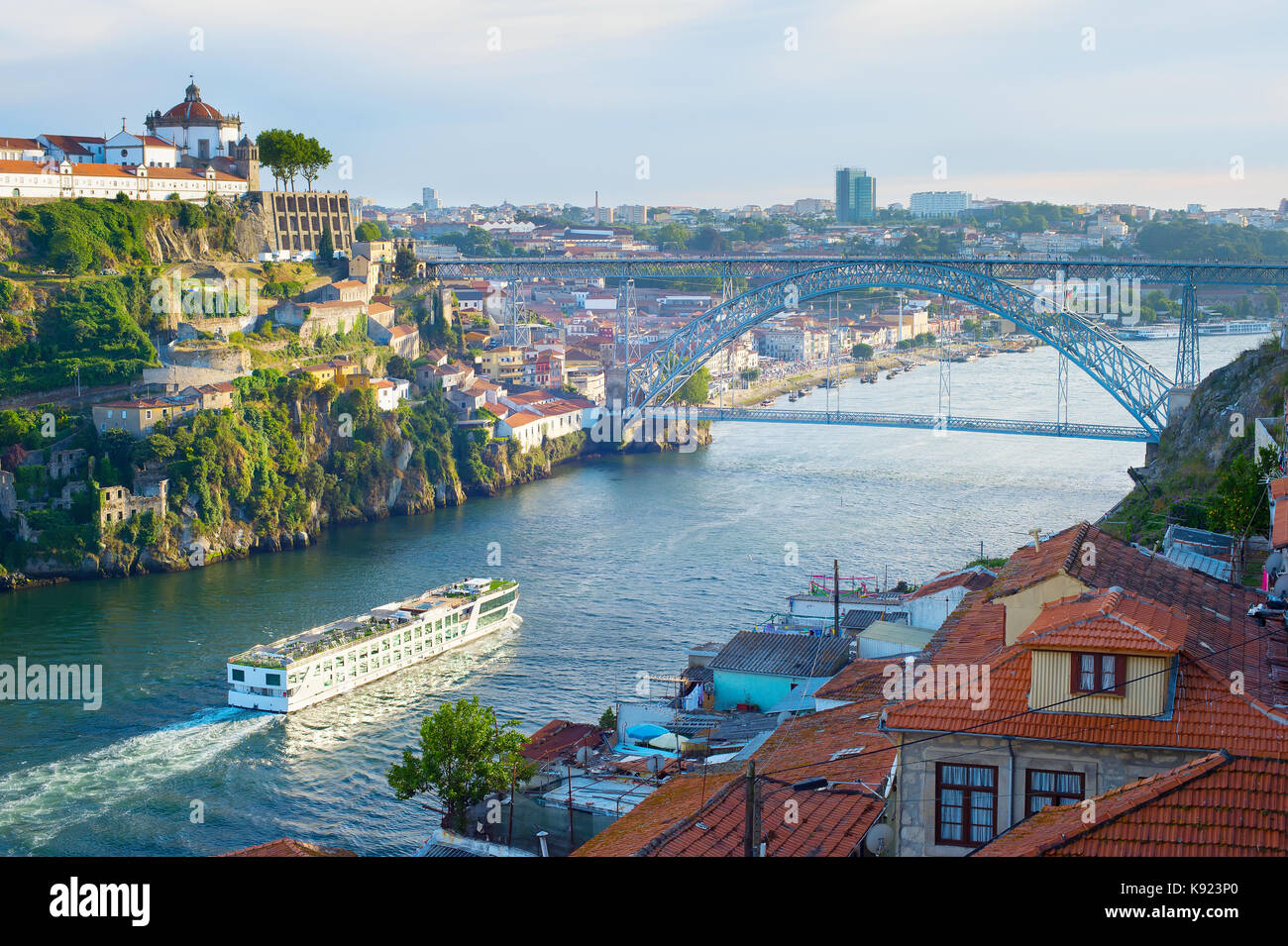 kreuzfahrt schiff kommt nach porto am fluss douro portugal stockfoto bild 160472088 alamy. Black Bedroom Furniture Sets. Home Design Ideas
