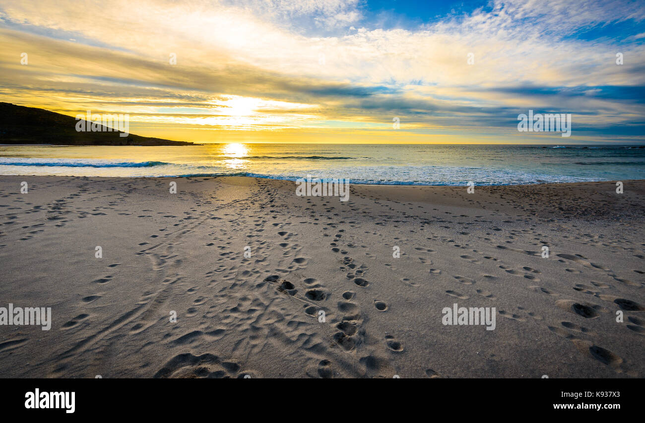 spuren spuren im sand am strand mit sonnenaufgang oder. Black Bedroom Furniture Sets. Home Design Ideas