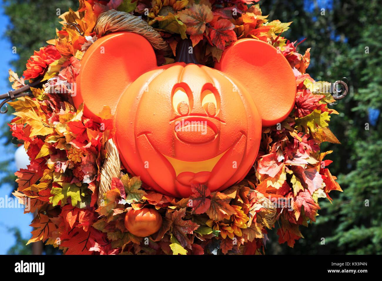Mickey Mouse geformte Dekoration in der Form eines Kürbis für ...