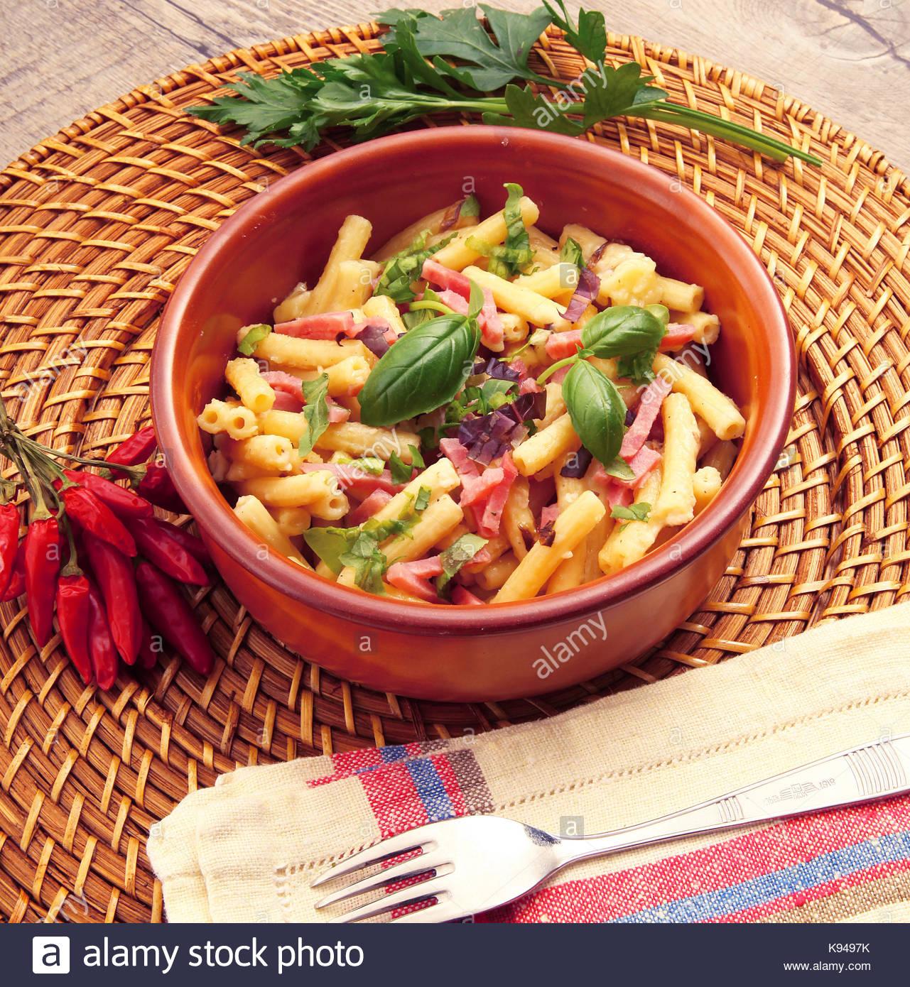 Italienische Pasta Mit Gemüse Und Schinken Stockfoto Bild