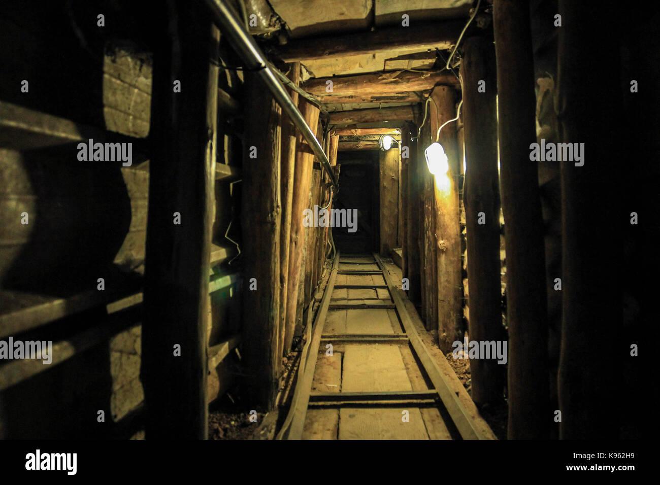Der Tunnel der Hoffnung. Eine Auswahl von Bildern von Sarajevo. Bosnien und Herzegowina | unter der Start- und Landebahn Stockbild