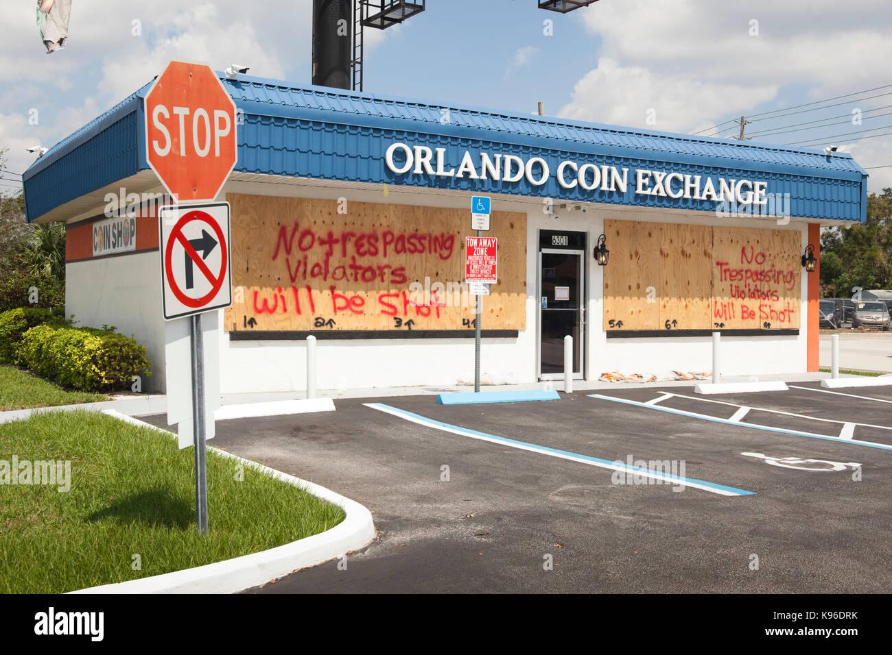 Kein Übertreten Zeichen auf der Münze und Edelmetalle store vor Hurrikan Irma, Kiefer schloss, Florida, Stockbild