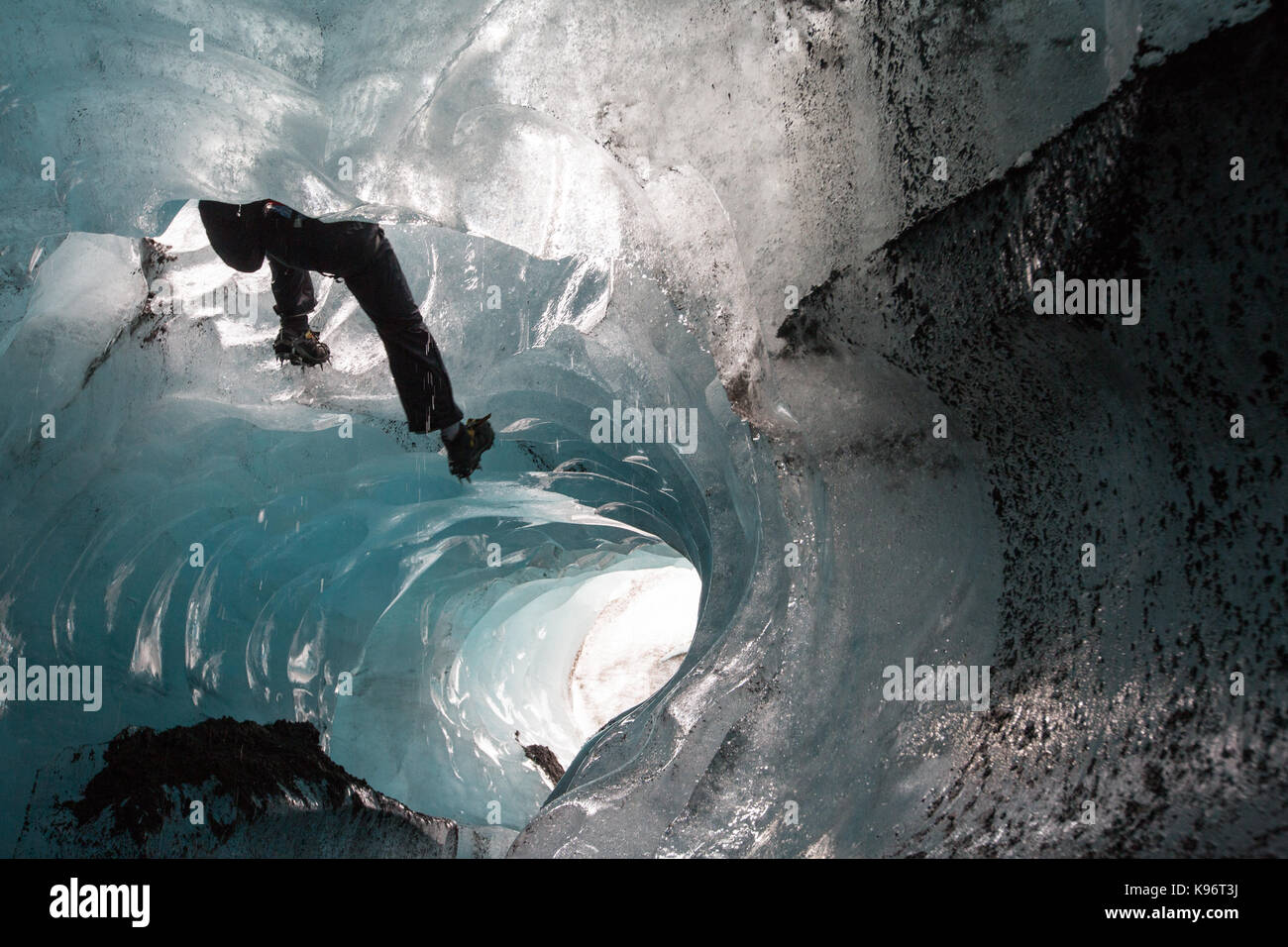 Ein Bergsteiger herab mit einem Seil in einen Moulin auf Skaftafell Gletscher. Stockbild