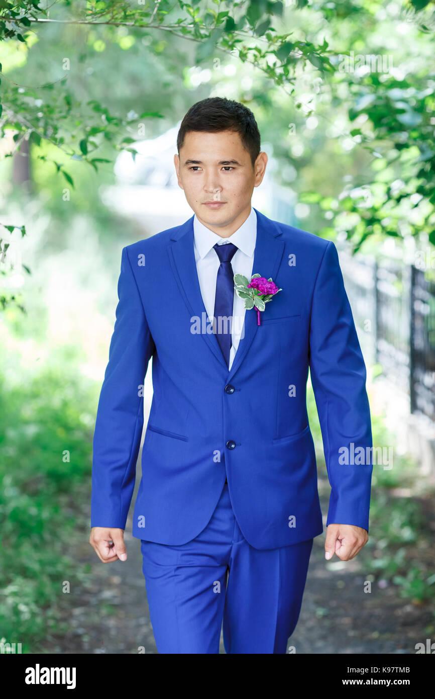 Männliches Modell, der Bräutigam portrait in einem blauen Anzug mit ...