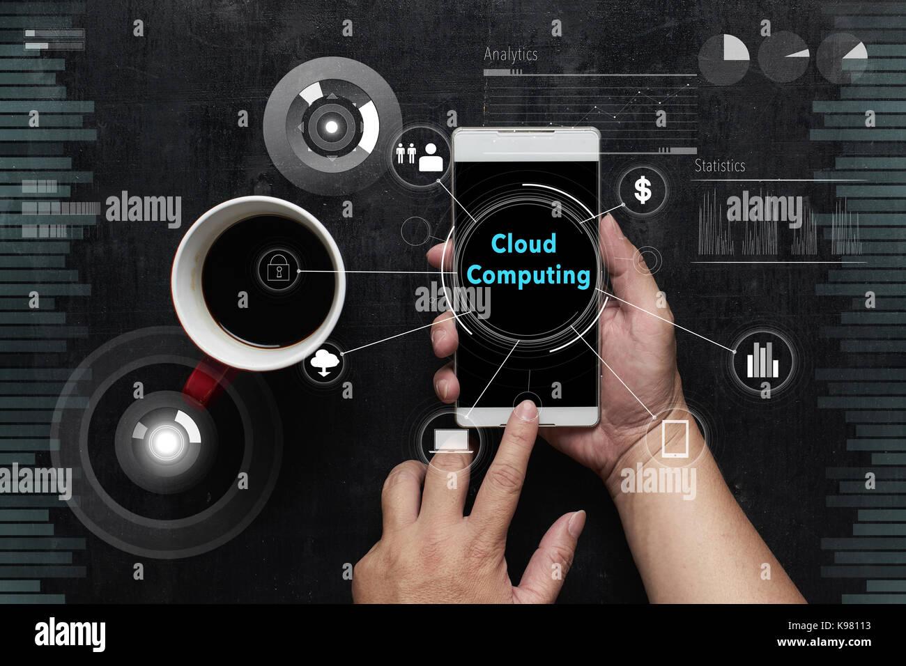 """Mann mit digitalen Gerät mit """"Cloud Computing"""" Wort auf digitalen virtuellen Bildschirm. Hi-tech Stockbild"""