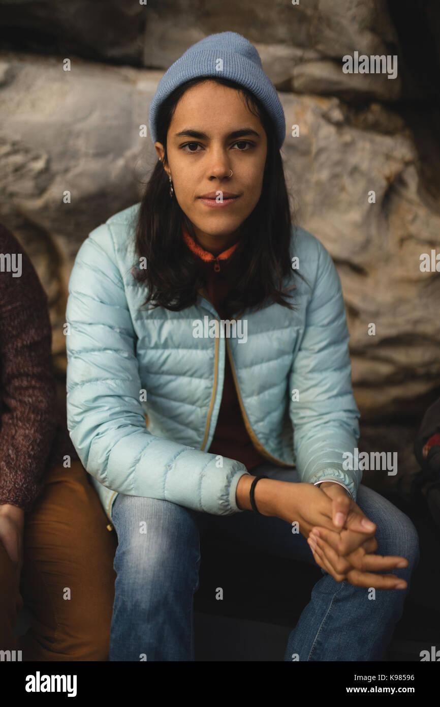 Portrait von selbstbewusste Frau entspannend auf Rock Stockfoto