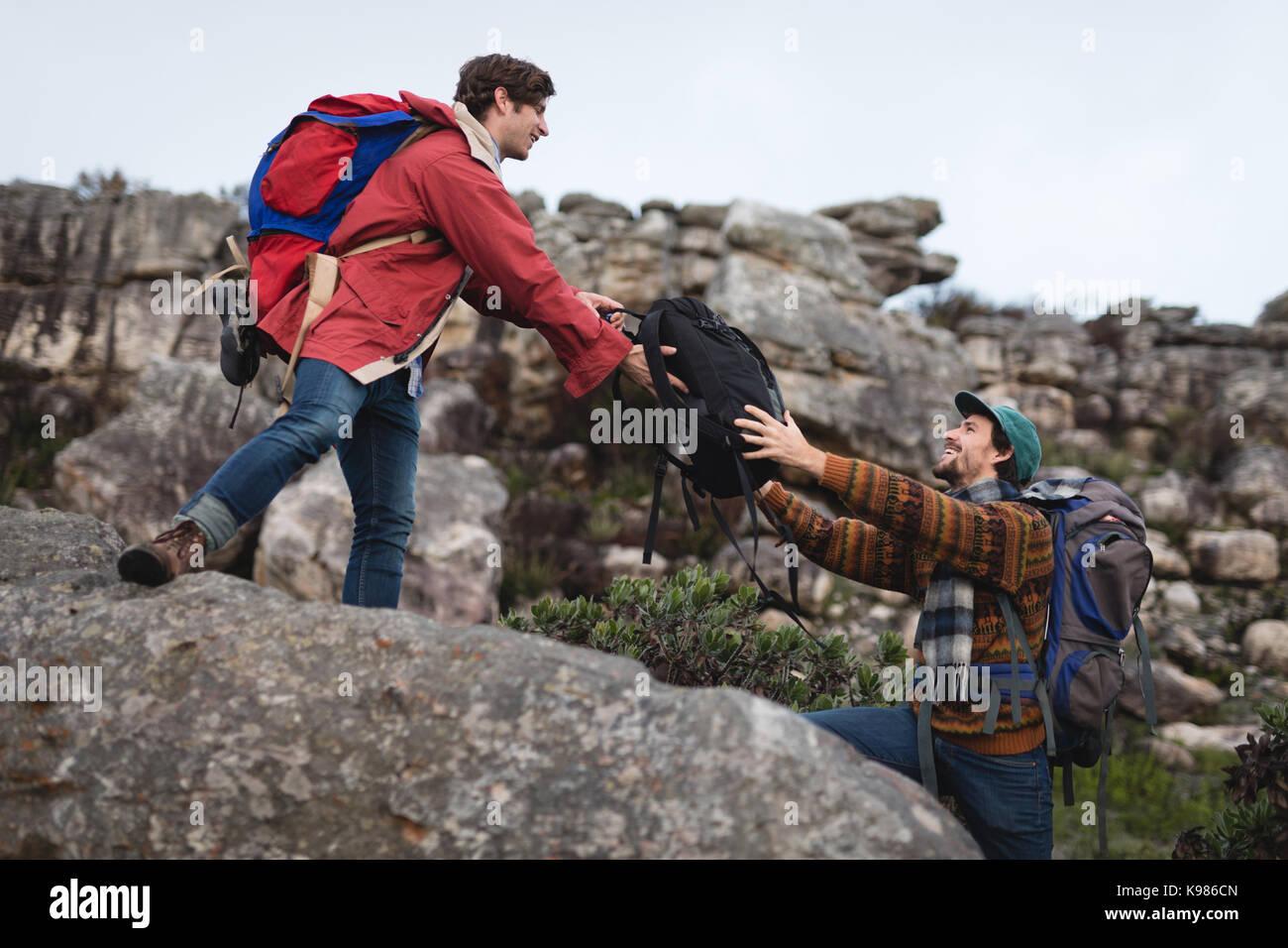 Mann, die Tasche an seinen Freund an einem sonnigen Tag Stockbild