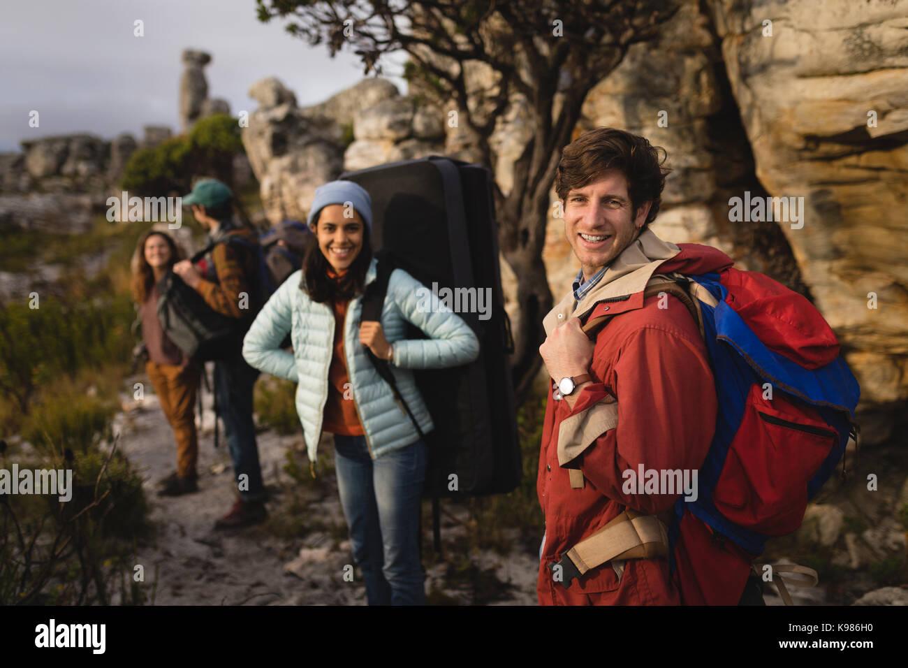 Portrait von glücklicher Freund stehend mit Rucksack beim Bergsteigen Stockbild