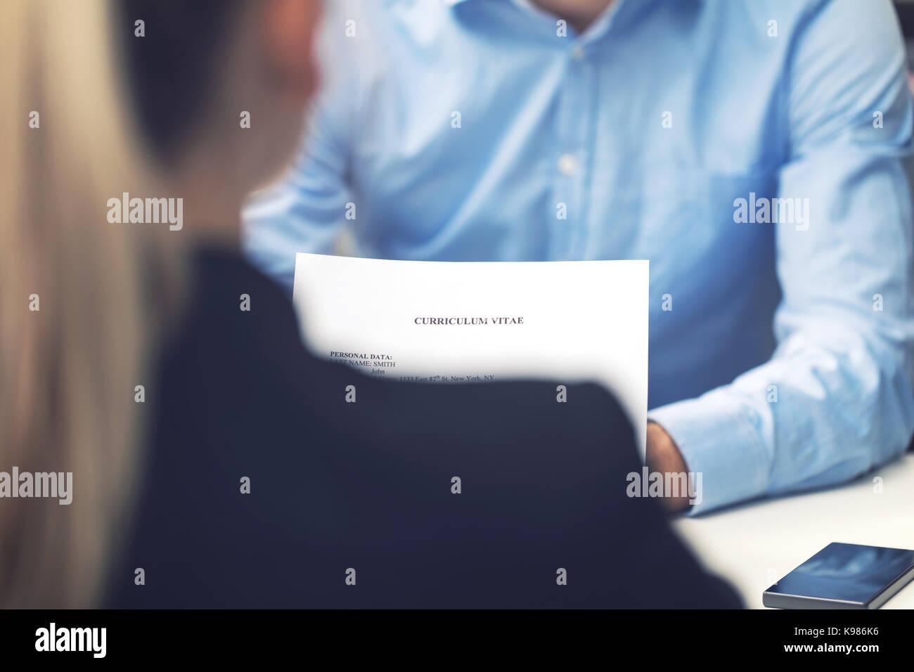 Vorstellungsgespräch - Business Woman und Kandidat im Büro lesen Lebenslauf Stockbild
