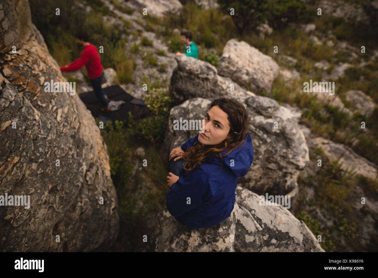 Portrait von selbstbewusste Frau steht auf einer Klippe Stockfoto