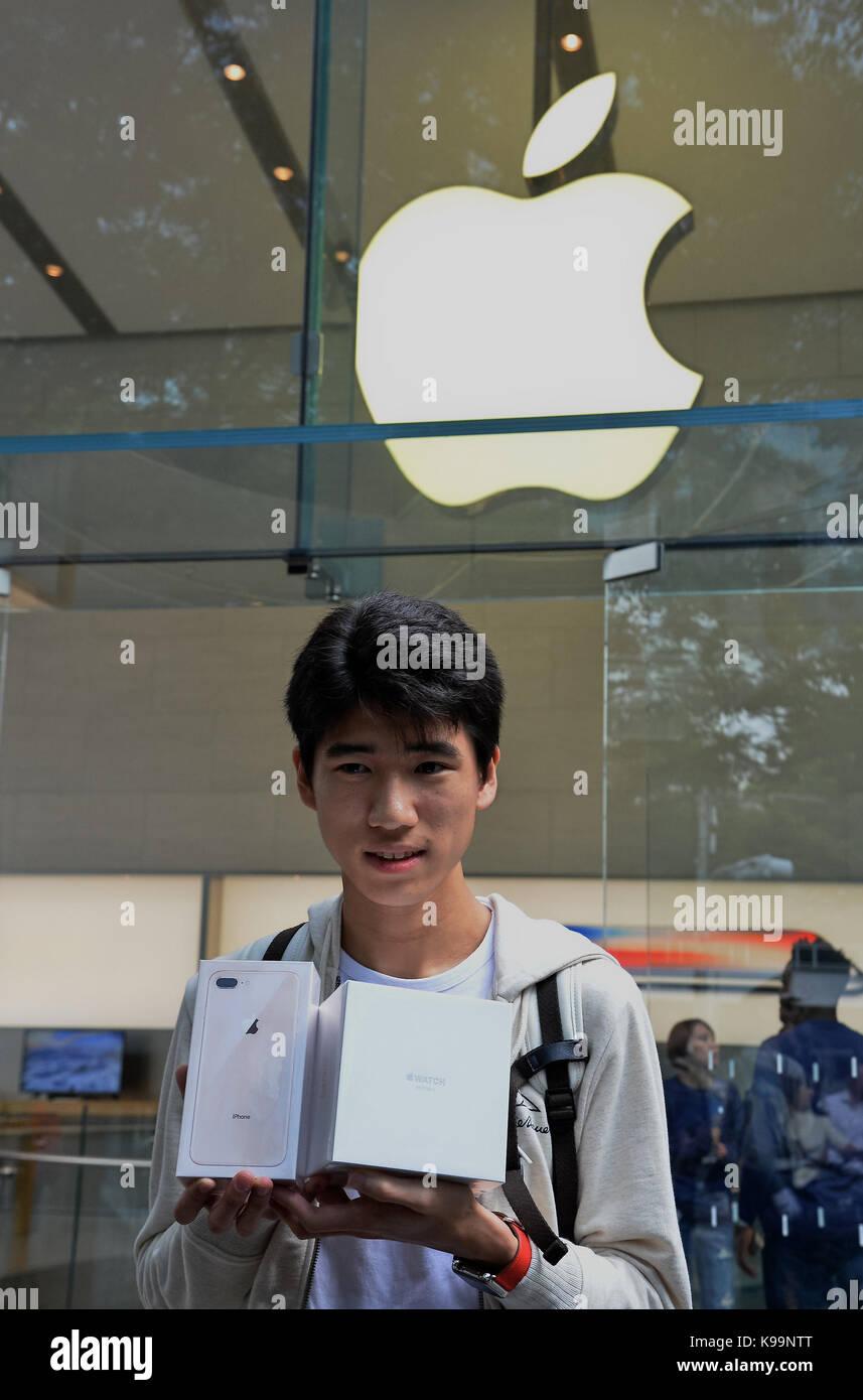 Erster Kunde zeigt neue iPhone 8 und Apple Watch Serie 3 im Apple Store in Omotesando in Tokio, Japan, am 22. September Stockfoto