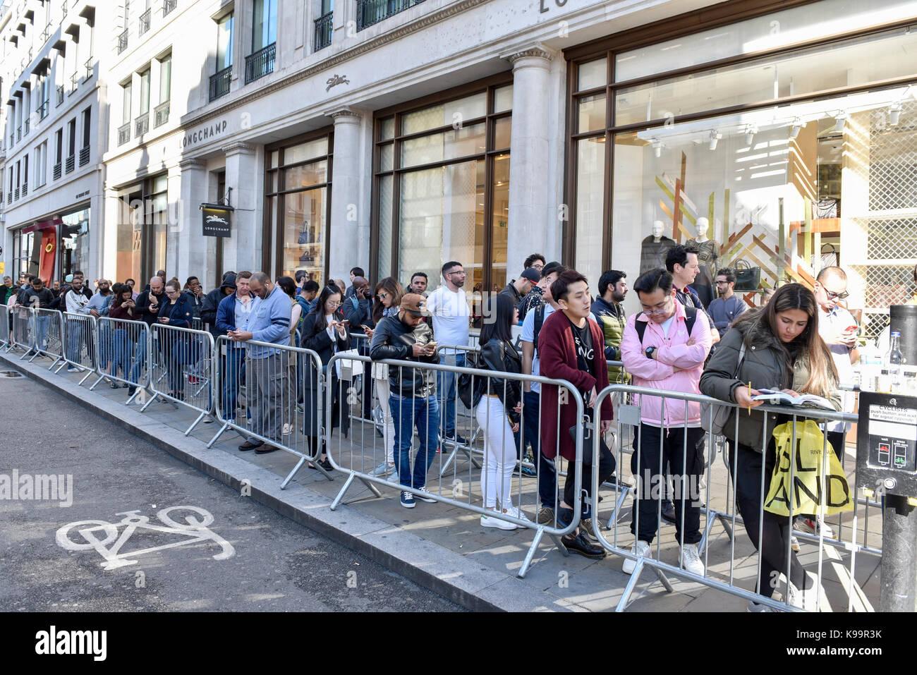 London, Großbritannien. 22. September 2017. Eine bescheidene Schlange von Leuten außerhalb von Apple Flagship Store Stockfoto