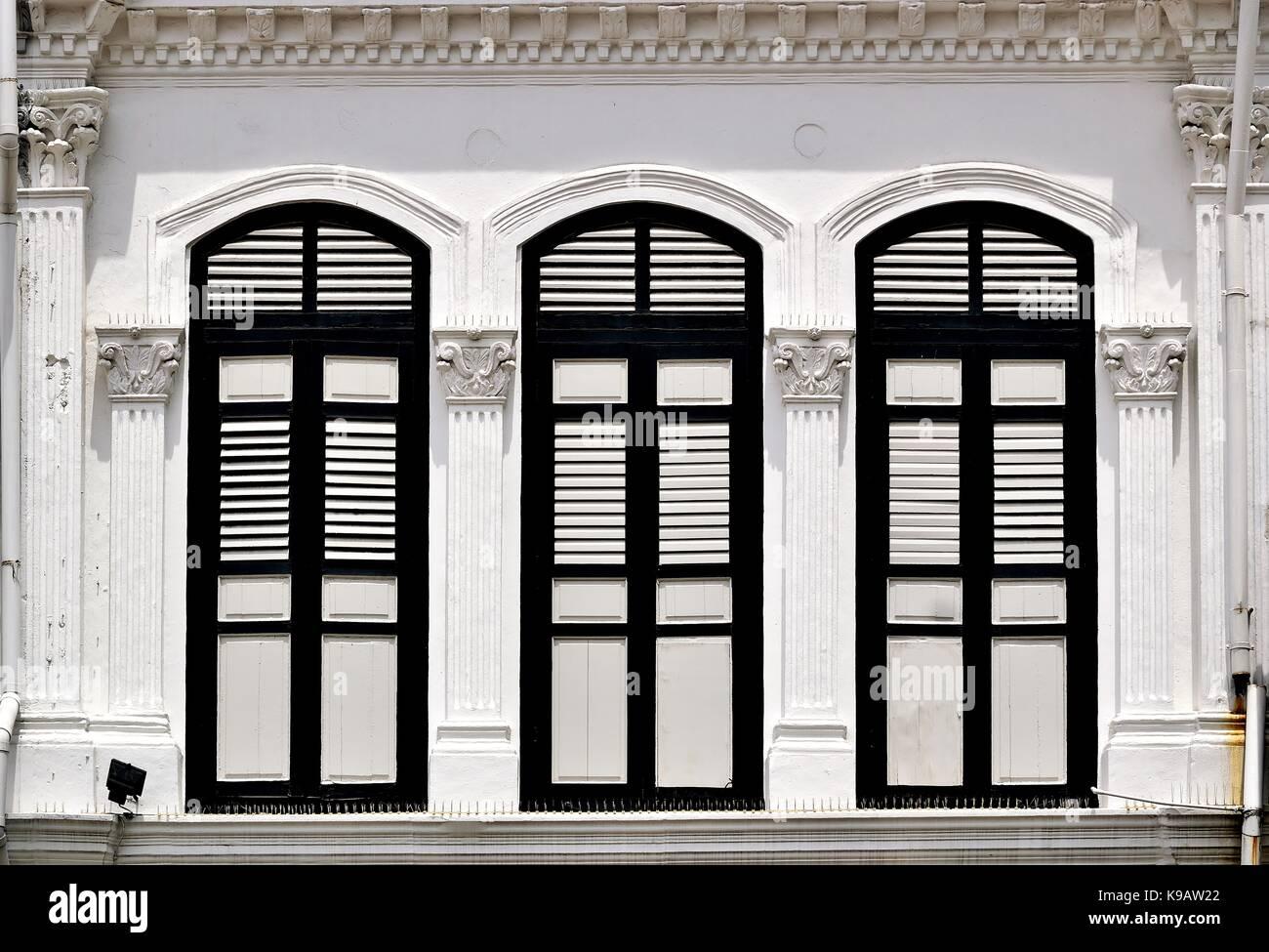 Elegant Traditionelle Singapur Shop Haus Außen Mit Bogenfenster, Weiße Hölzerne  Lamellenfensterläden Und Korinthische Säulen In Der Historischen Duxton  Bereich.