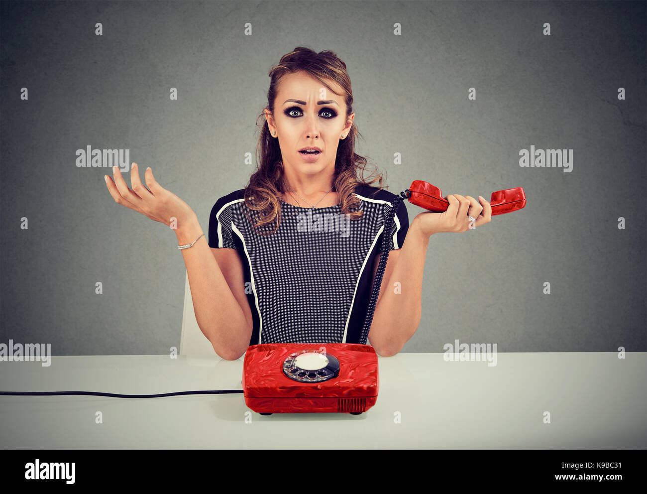Schockiert Frau empfängt fehlerhafte Nachrichten über das Telefon Stockbild