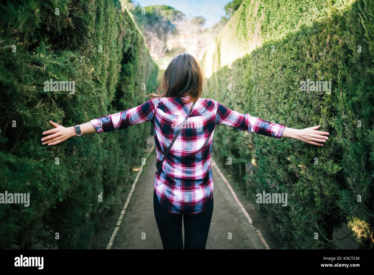 Junge Frau Fuß in den Park Labyrinth in Barcelona Stockbild