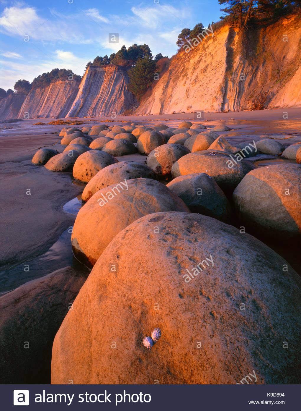 Sonnenuntergang auf Bowling Ball Strand, Schoner Gulch State Park, Mendocino Coast, Kalifornien Stockbild