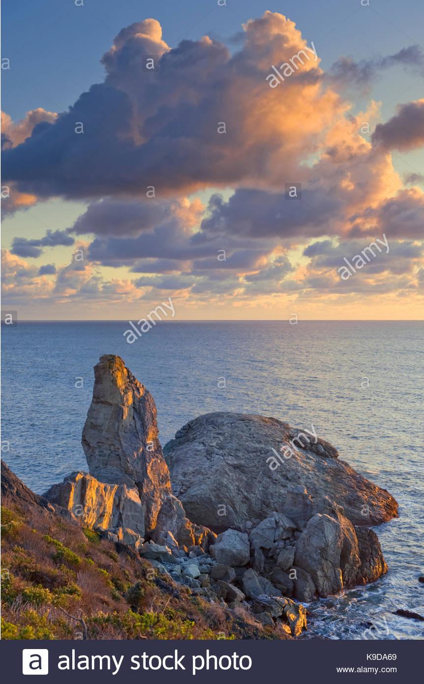 Sonnenuntergang, Wolken und Turtle Rock, Golden Gate National Recreation Area, Kalifornien Stockbild
