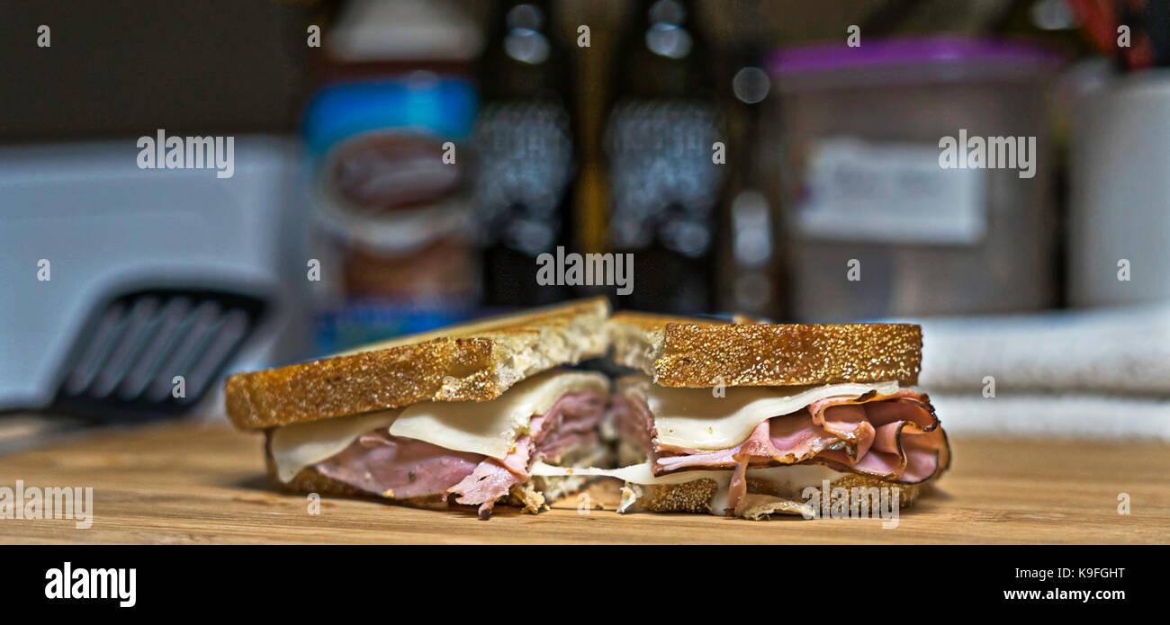 Eine gusseiserne Pfanne und Sauerteig Brot ist eine Kombination für ein großes Sandwich. Golden Brown Stockbild