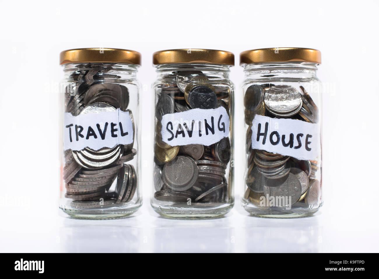 Münzen in einem Glas auf weißem Hintergrund. speichern. Speichern für Reisen, Zukunft und Home/Haus Stockbild