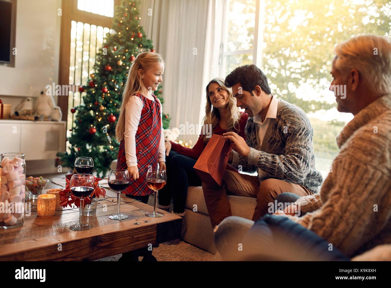 Junger Mann Eroffnung Weihnachten Geschenke Von Ihrer