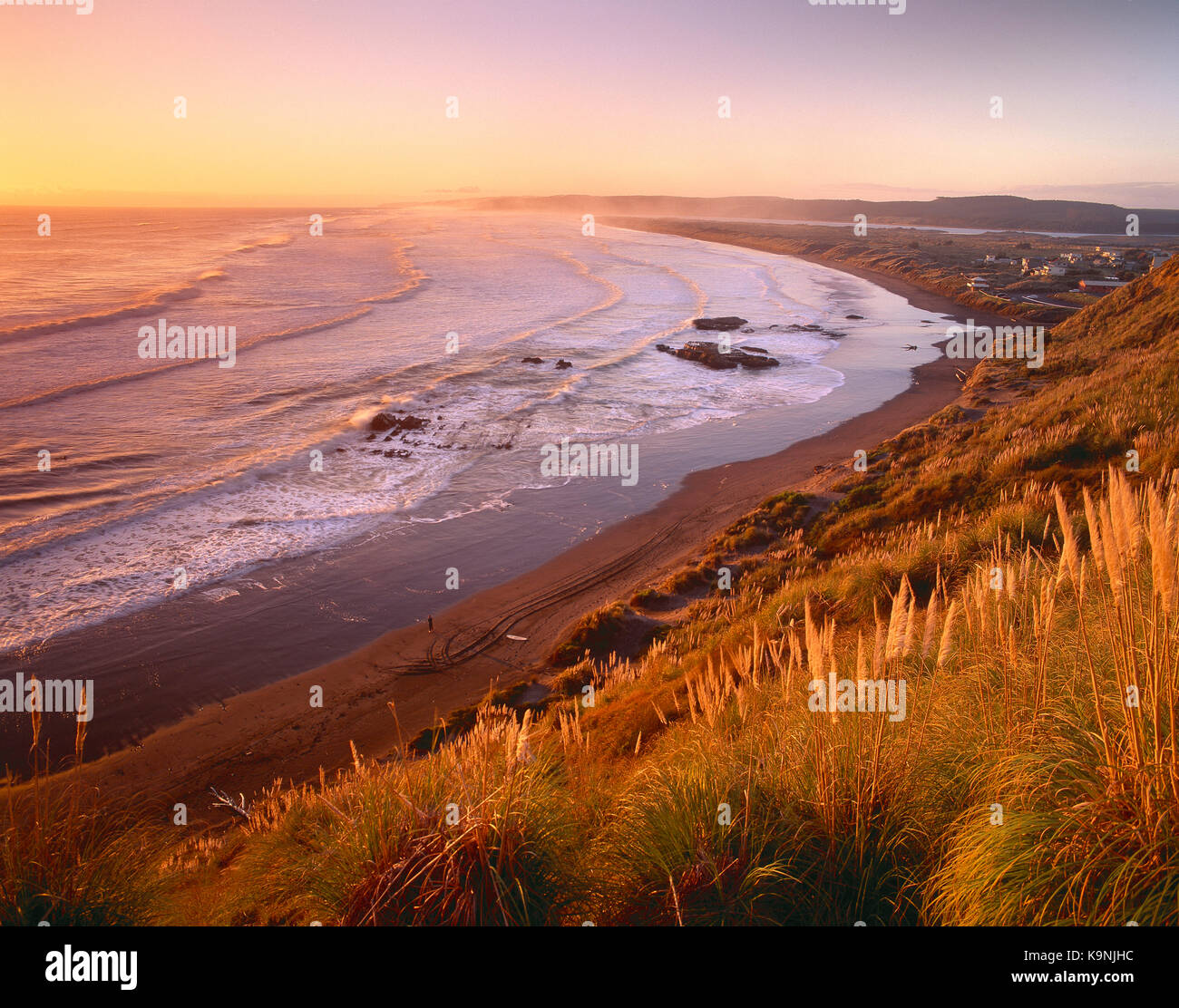 Neuseeland. North Island, Port Waikato Küste bei Sonnenuntergang. Stockbild