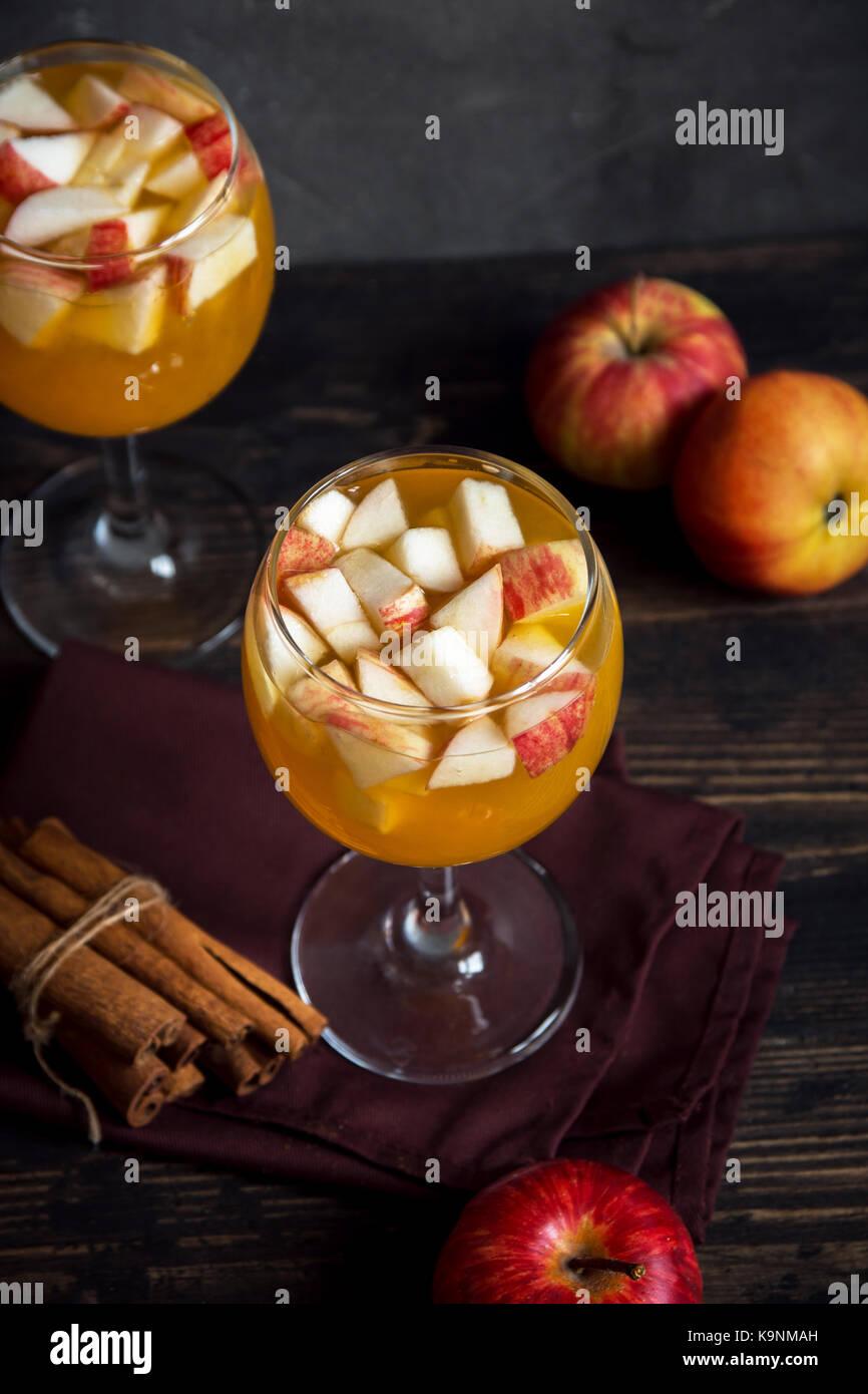 Hausgemachte Sangria (Apfelwein, Punsch, Obst Wein) für Herbst und ...