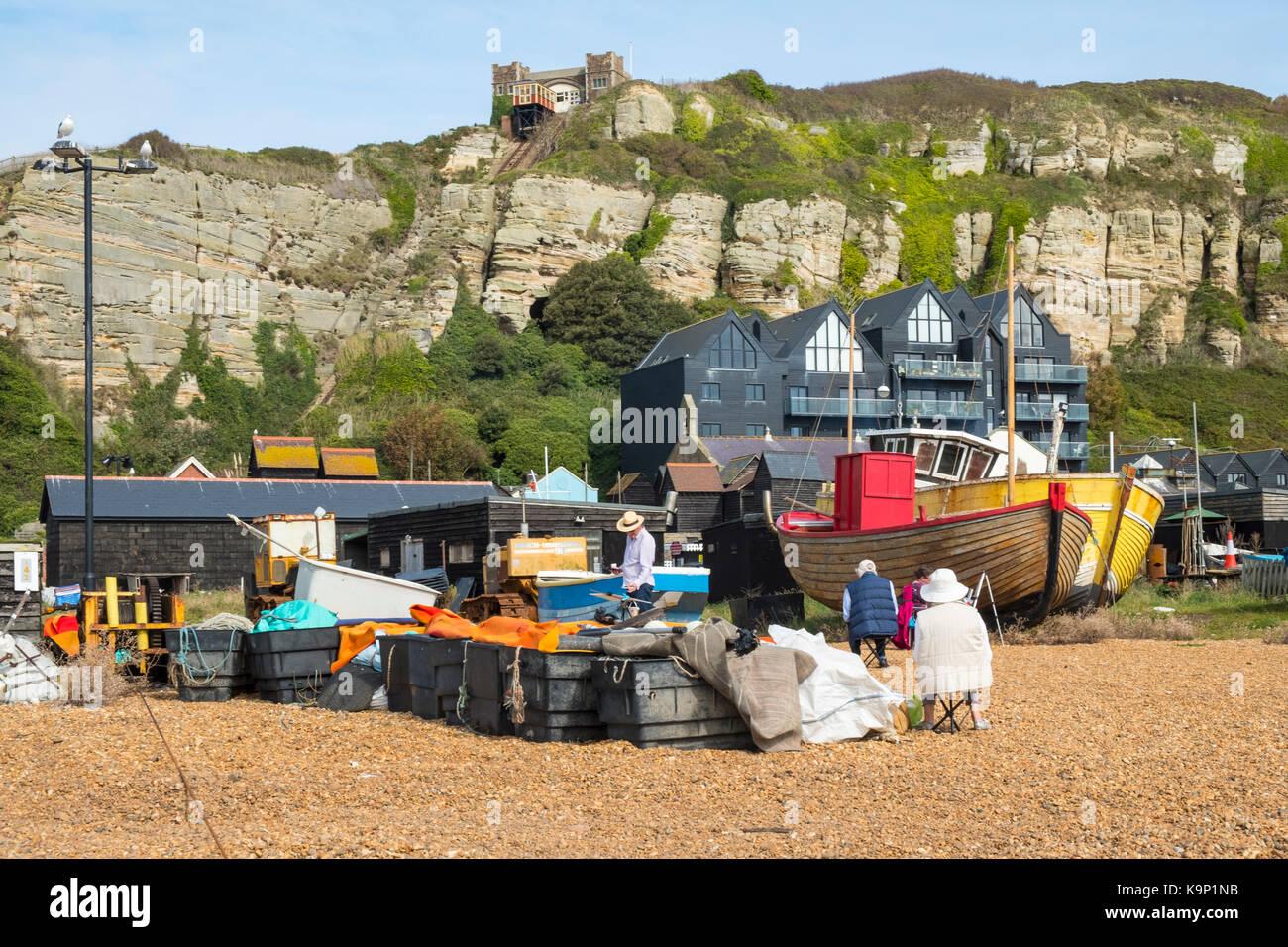 Künstler an der Hastings Stade Altstadt Strand Zeichnung Fischerboote, East Sussex, England, Großbritannien Stockbild