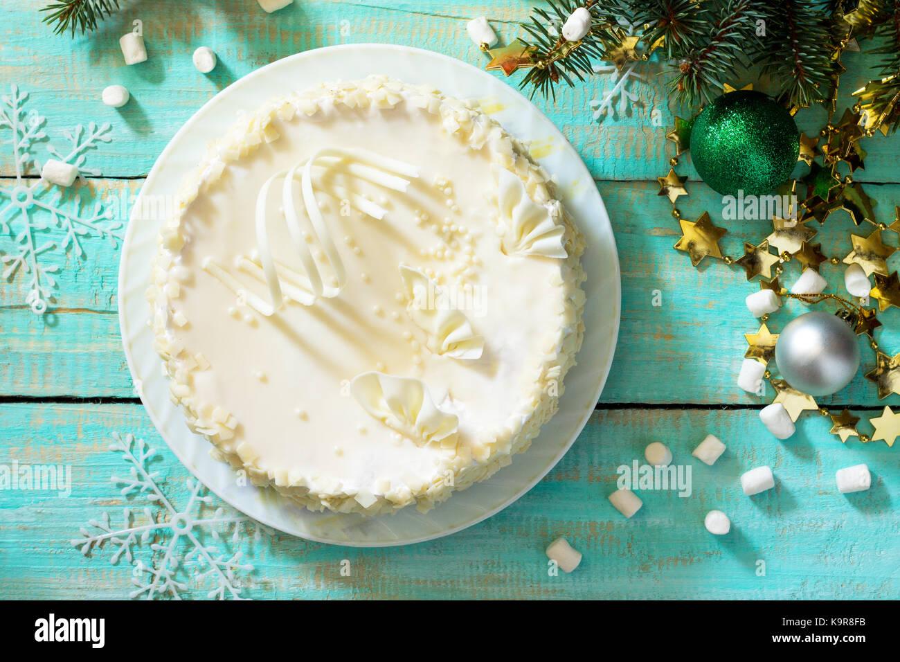Geburtstag Kuchen mit weißer Schokolade Sahnehäubchen auf eine festliche Weihnachten Tabelle. nach oben Stockbild