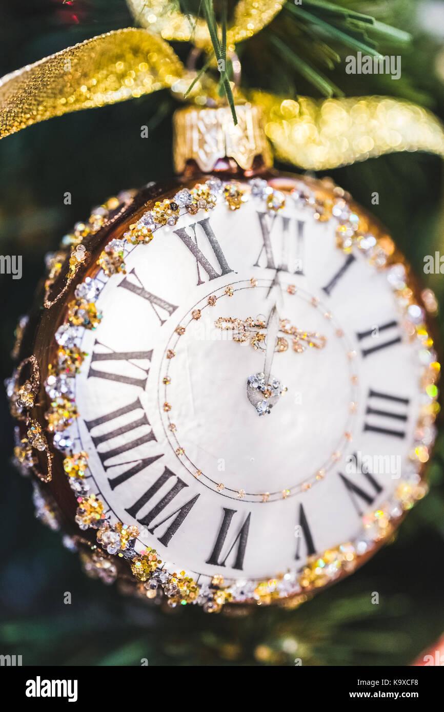 Kleine Uhr Mit Schmuck Als Christbaumschmuck Stockfoto Bild