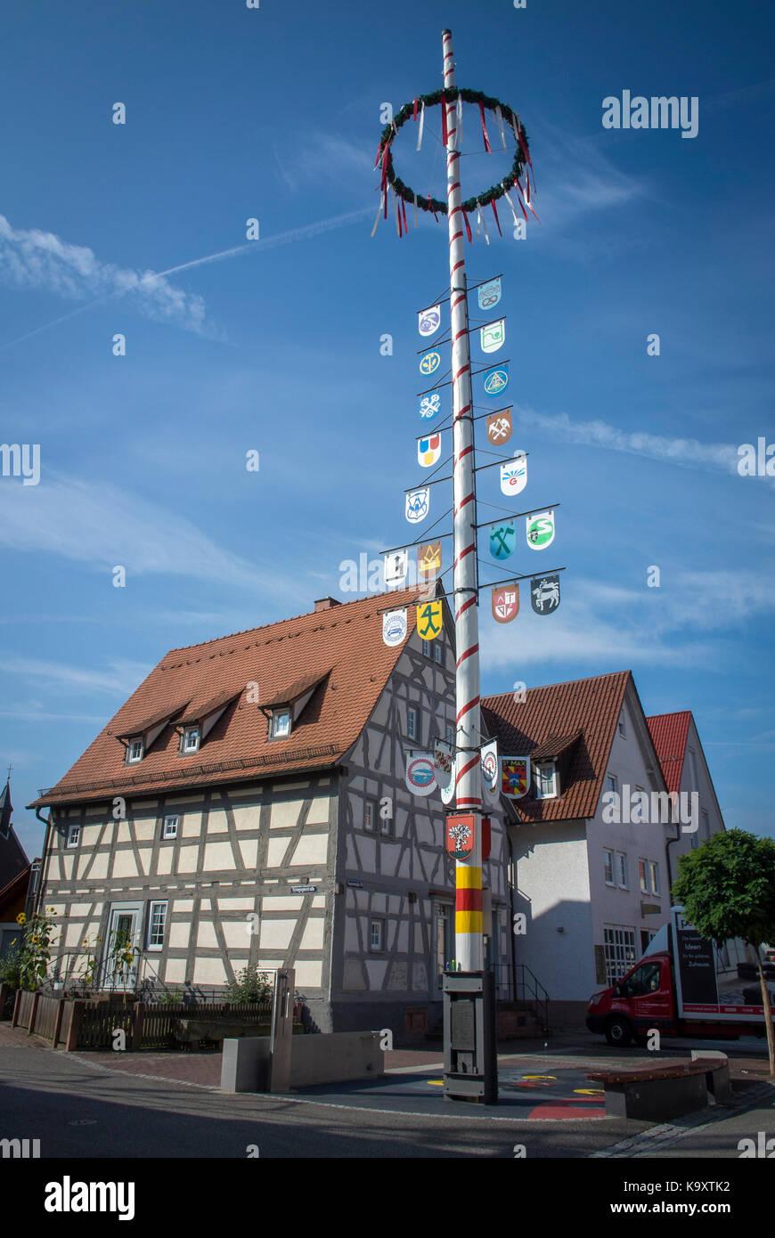 Ein Maibaum in der Stadt Walldorf, Baden-Württemberg, Deutschland. Stockbild