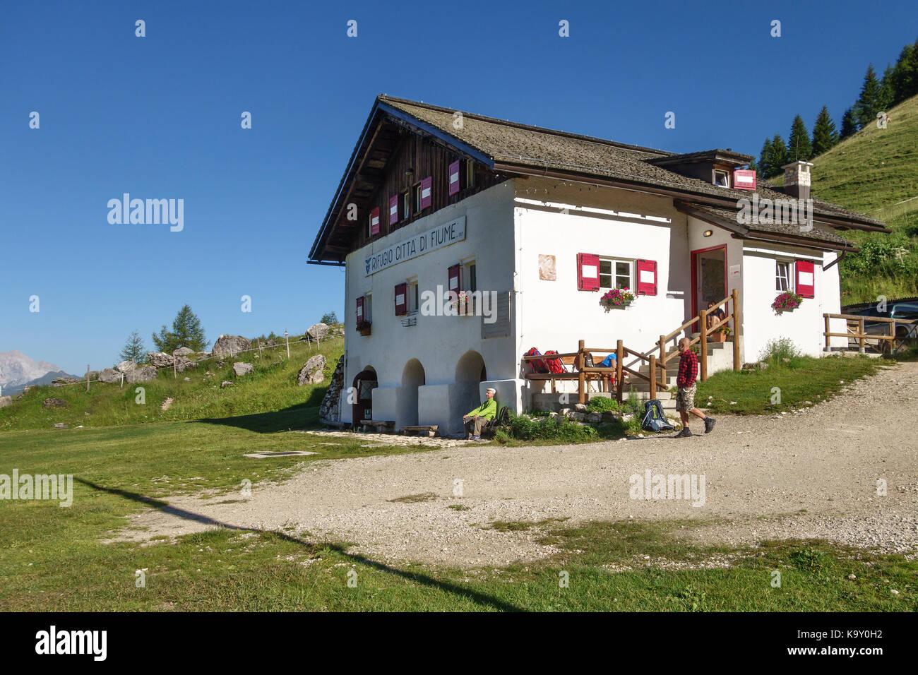 Die Dolomiten, Norditalien. Das berggasthaus Rifugio Citta di Fiume auf der Alta Via 1 Long distance Path Stockbild